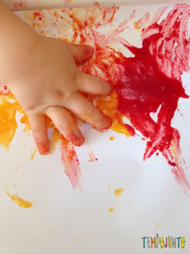 Muita lambança! Uma parte curiosa da atividade é ver as expressões da Gabi quando percebe que a mão está grudenta e os dedos colando por causa da gelatina.
