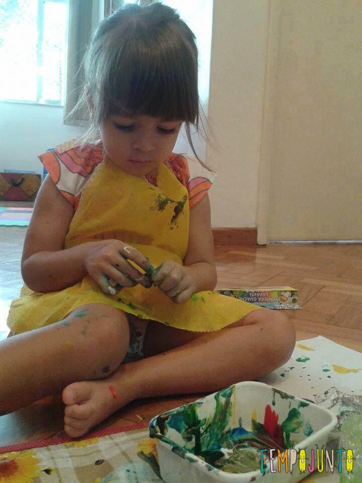 Essa aí é a Marina concentrada pintando os seus vasinhos