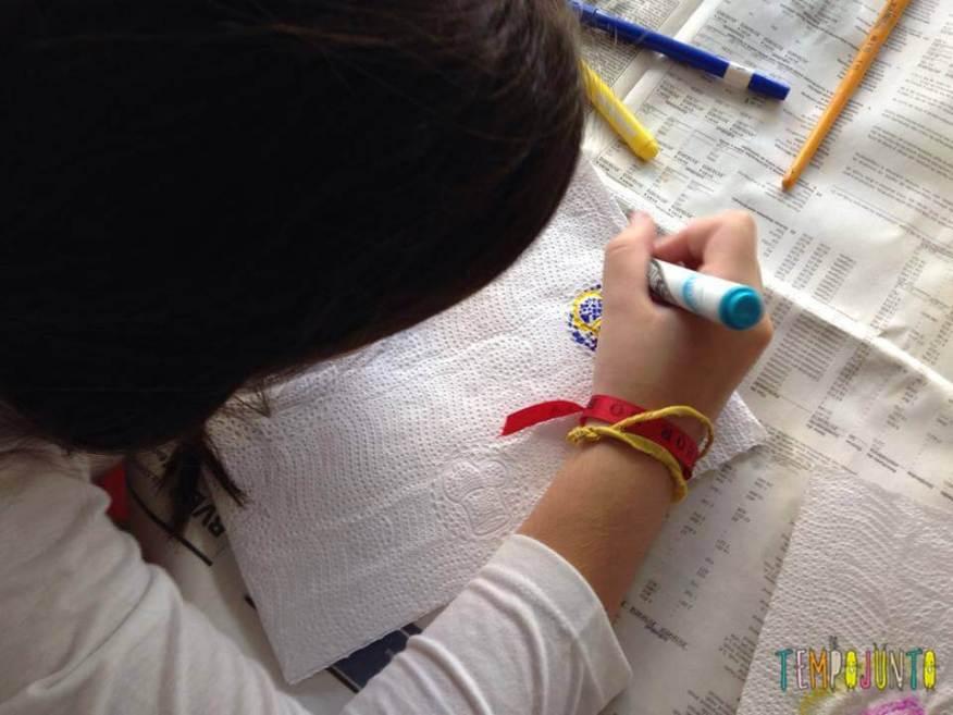 voce usa a canetinha para pintar o papel toalha
