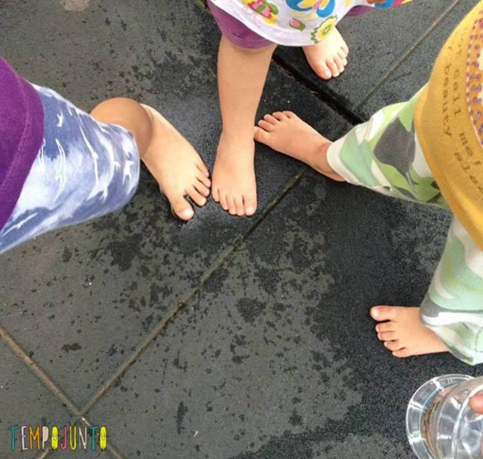 pés das crianças fazendo pegadas