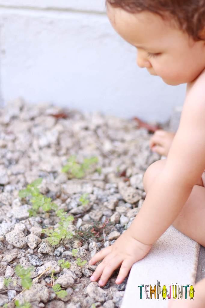 brincadeiras sensoriais para bebês na natureza
