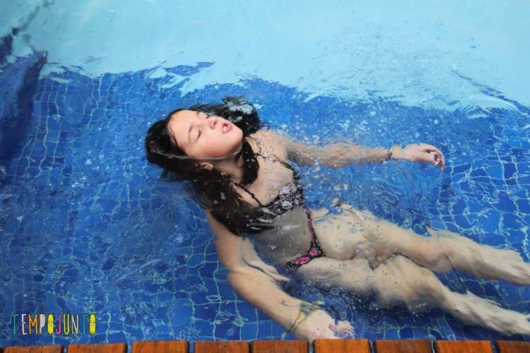 brincadeiras na piscina - carol boiando