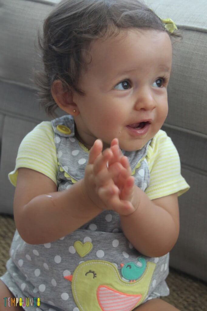 brincadeira para bebê - Gabi batendo palma