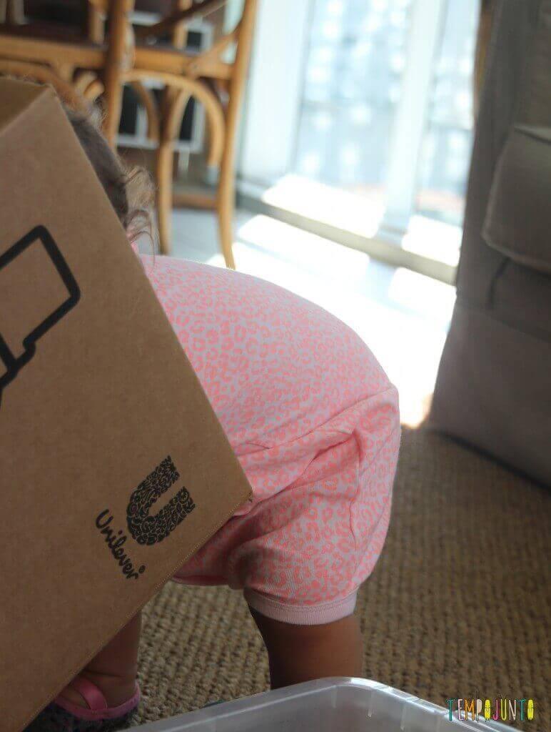 Brincadeira para bebês com bolas e caixas - Gabi dentro da caixa