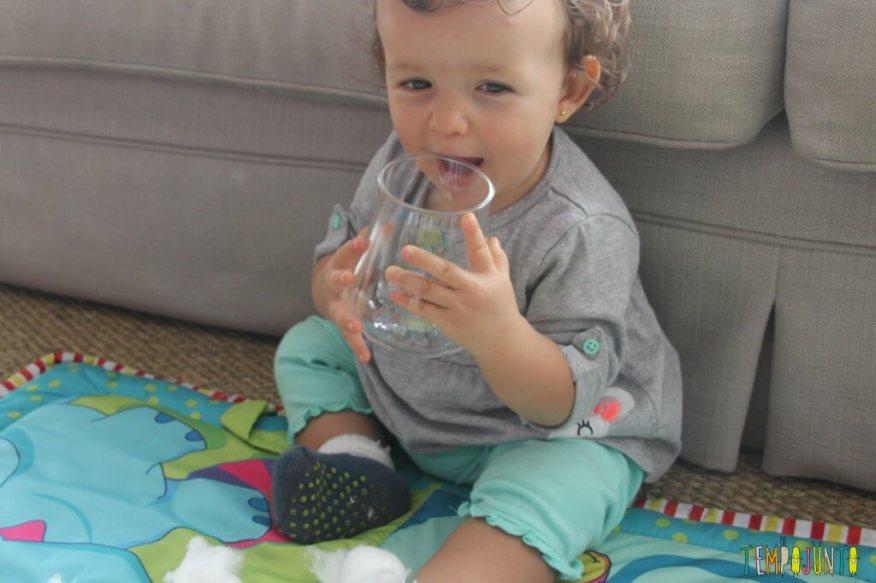 Brincadeira simples para bebês - Gabi e o pote