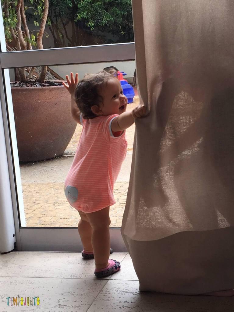 Brincando com um bebe de pique esconde-gabi acha Carol