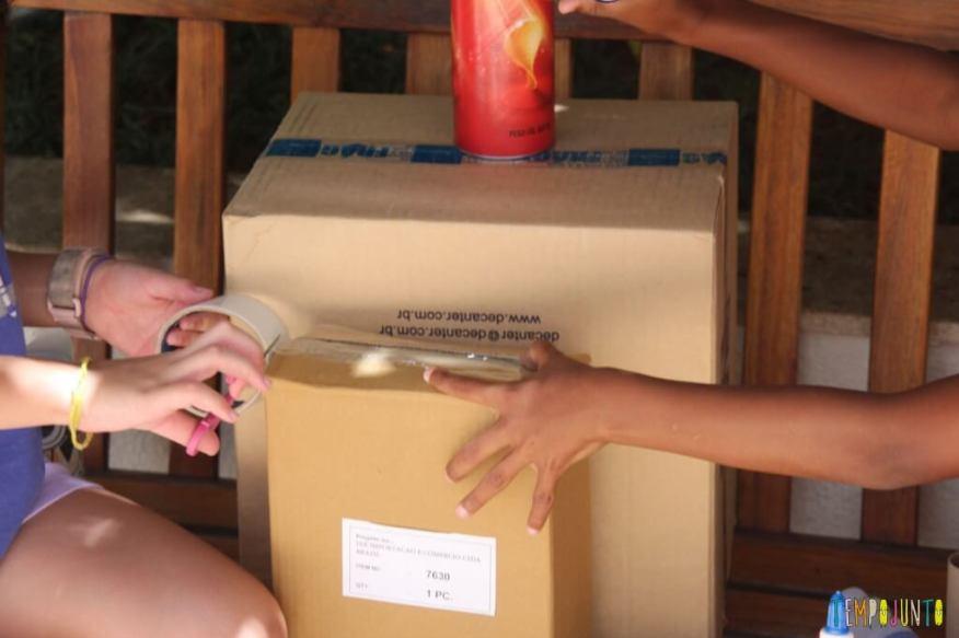 como fazer um robô de sucata - colocando fita na caixa