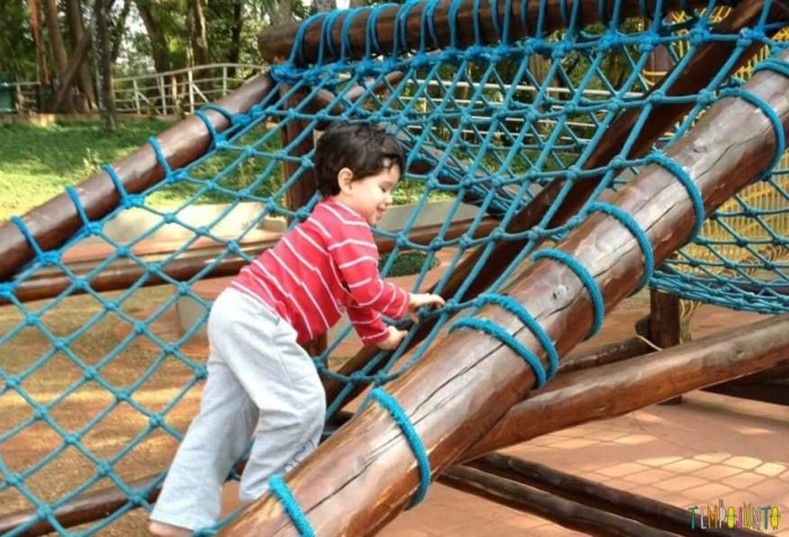 Criança agitada - trepa trepa