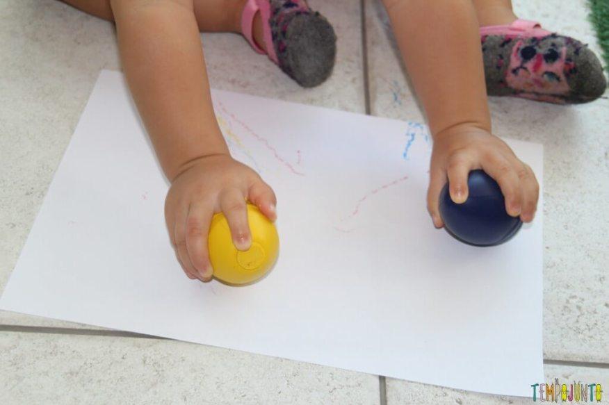 Quando o bebê pode começar a desenhar - gabi com os ovos azul e amarelo