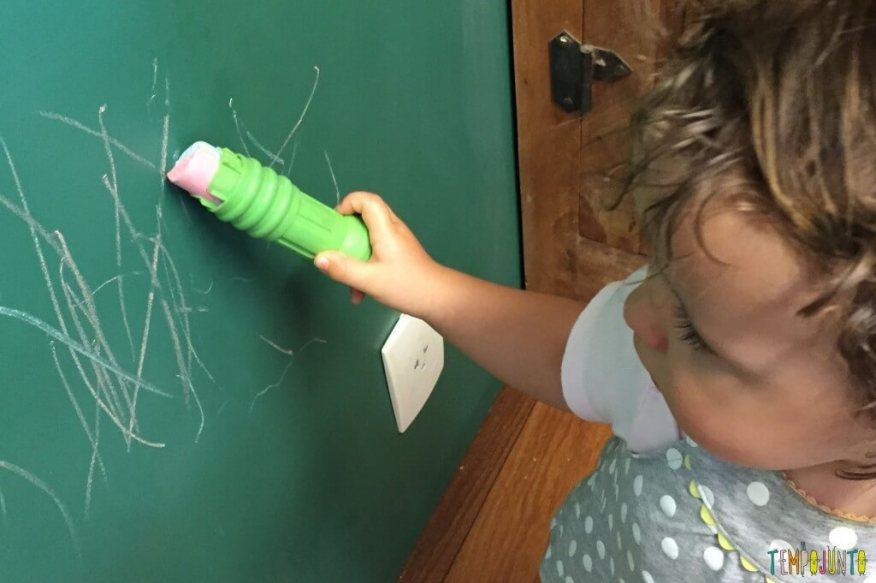 atividade de desenho para bebês - gabi desenhando na parede de giz