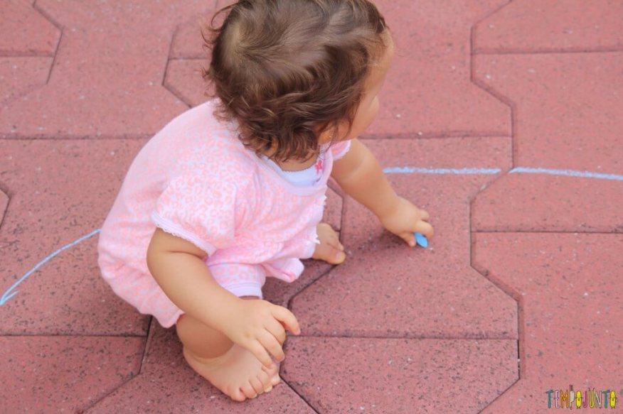 atividade de desenho para bebês - Gabi prestes a desenhar