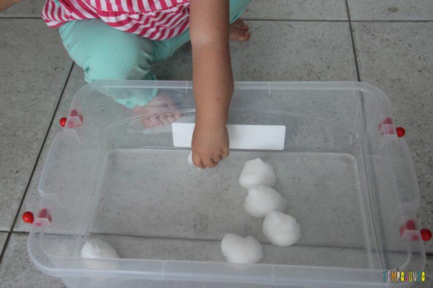 Brincadeira Sensorial com água e algodão para bebês - algodão e caixa de agua