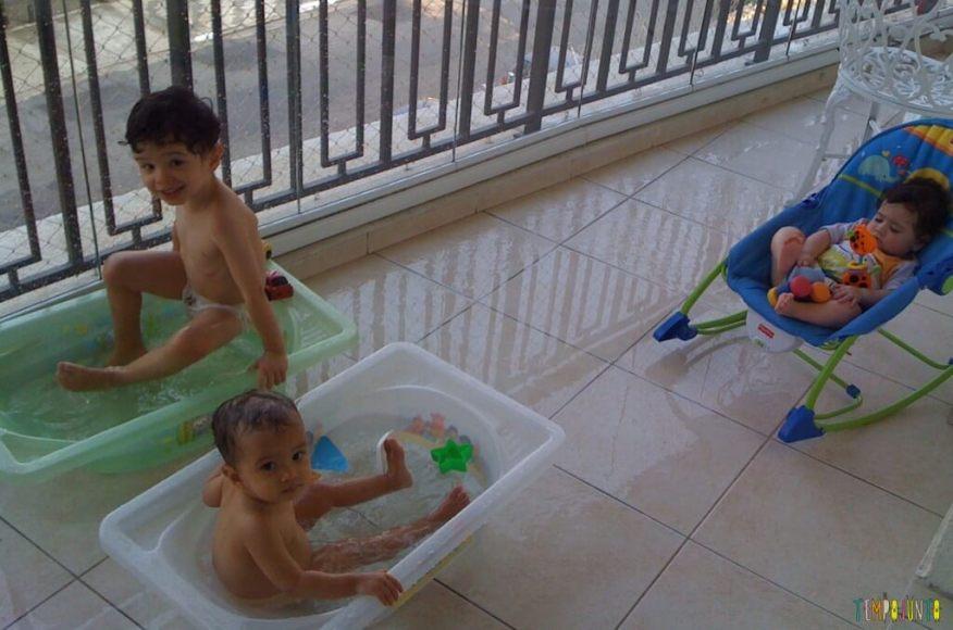 Brincadeiras para irmãos pequenos - banho na banheira