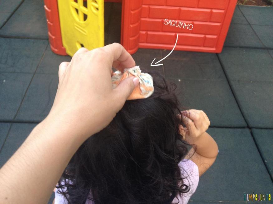 11 Brincadeiras para estimular o sexto e sétimo sentidos das crianças - saquinho na cabeça da sofia