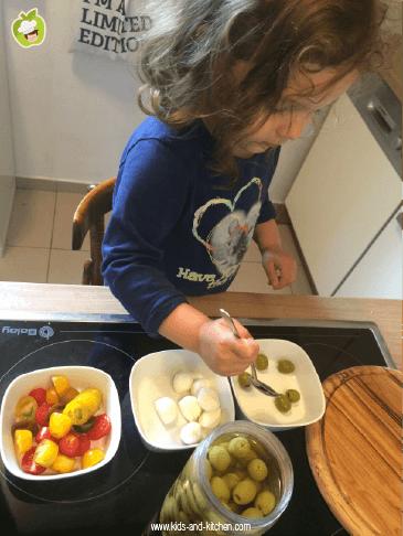 Criança na cozinha: ingredientes para a salada