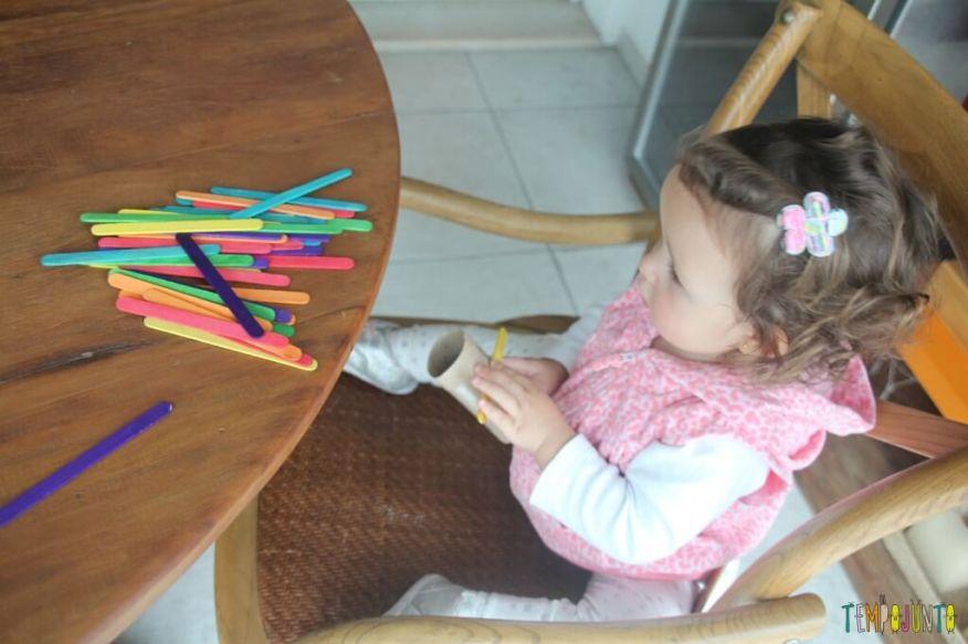 Brinquedo feito em casa para bebês - gabi olhando cores