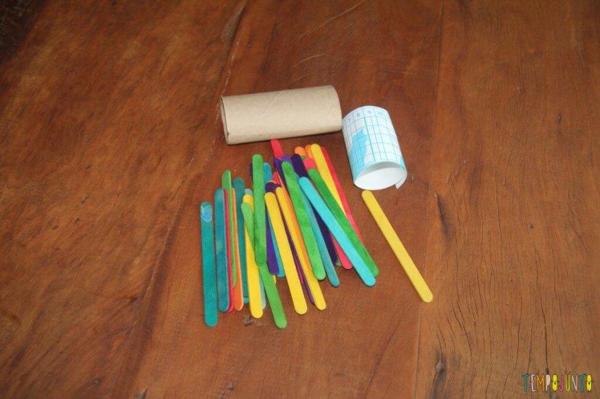 Brinquedo feito em casa para bebês - material