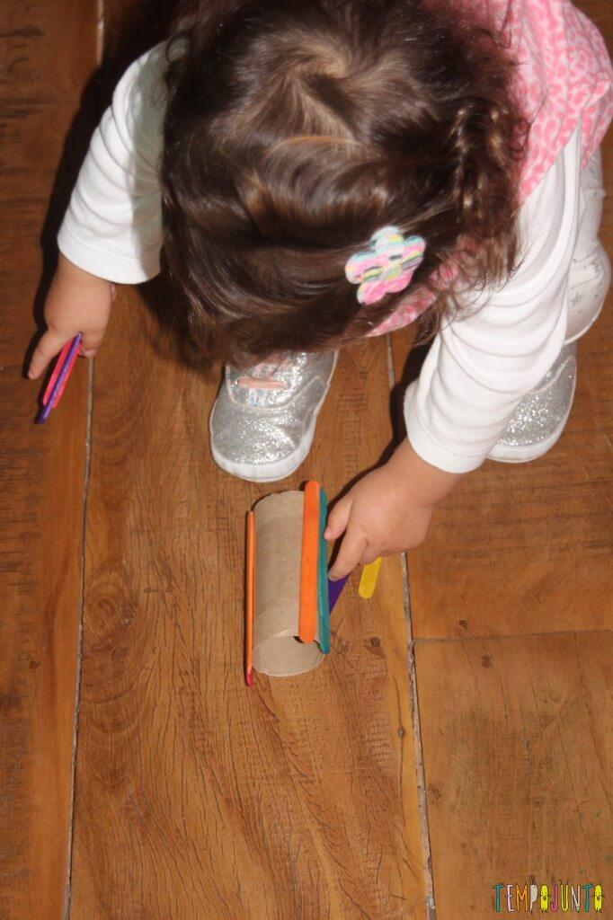 Brinquedo feito em casa para bebês - rolando com os palitos