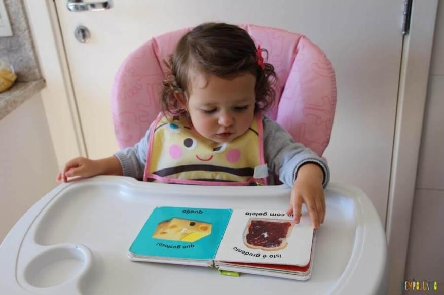 Leitura brincante para bebês - gabi lendo o livro