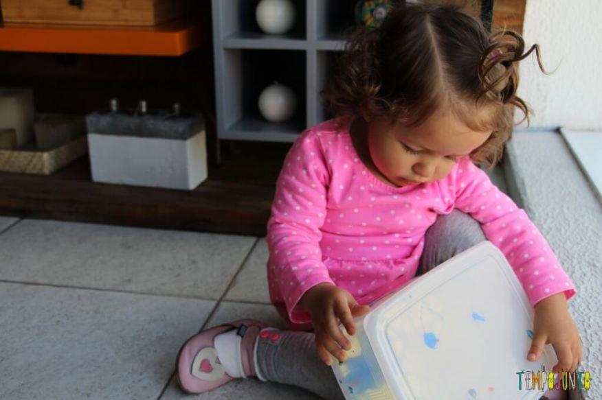 Arte para bebês - como fazer meu primeiro mestre da história da arte - Gabi segurando a caixa