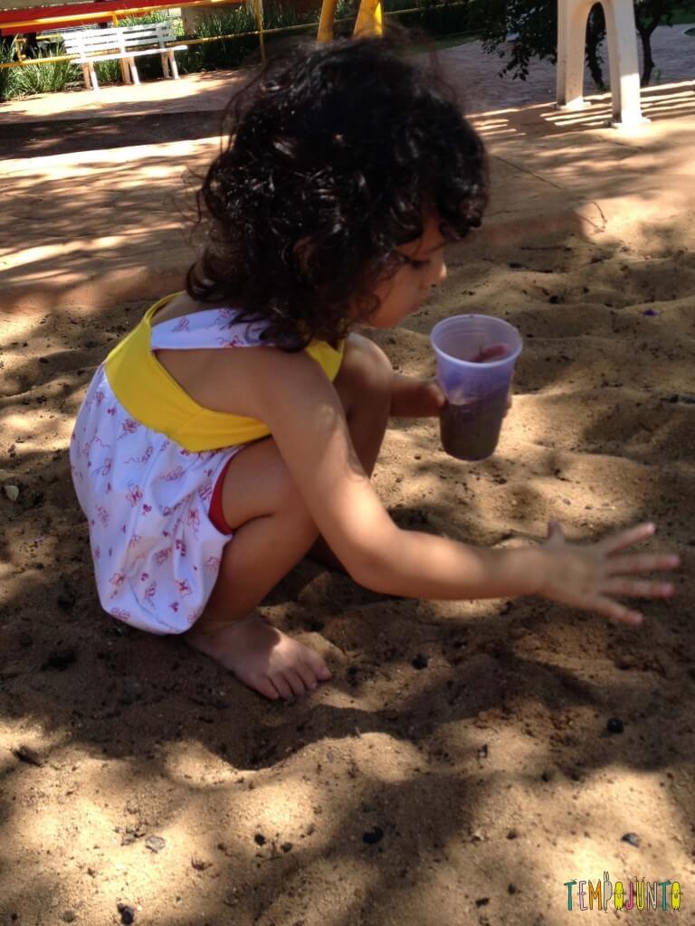Brincar na areia é diversão para qualquer idade - Sofia maior brincando na areia