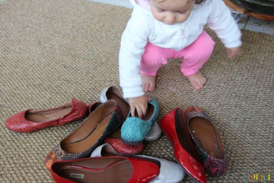 Estímulo para o bebê - encontre o par - gabi pegando o segundo sapato