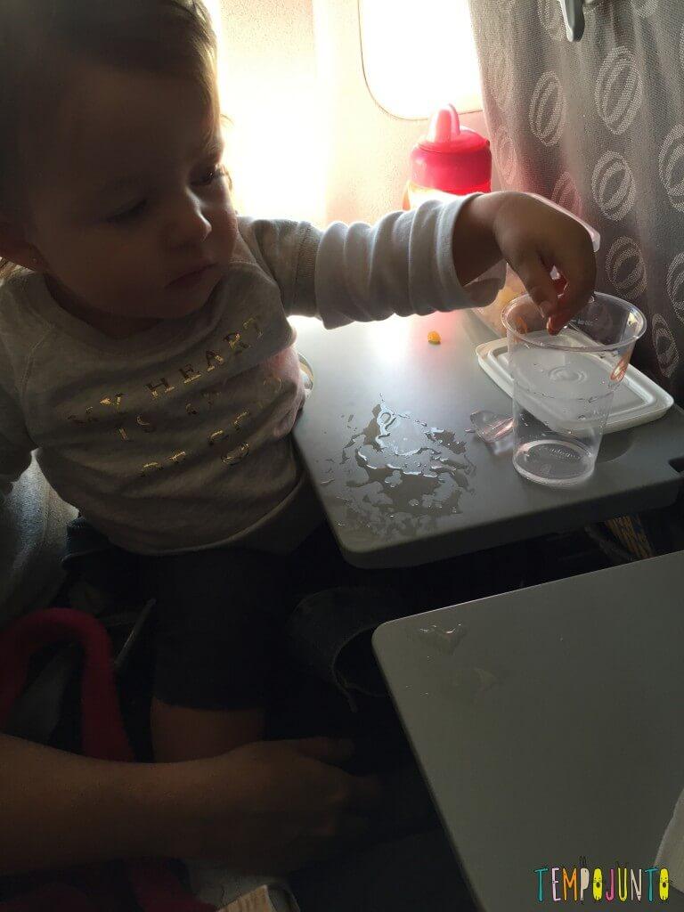 Que tal usar pedra de gelo como brincadeira para bebês - mesa com gelo derretido