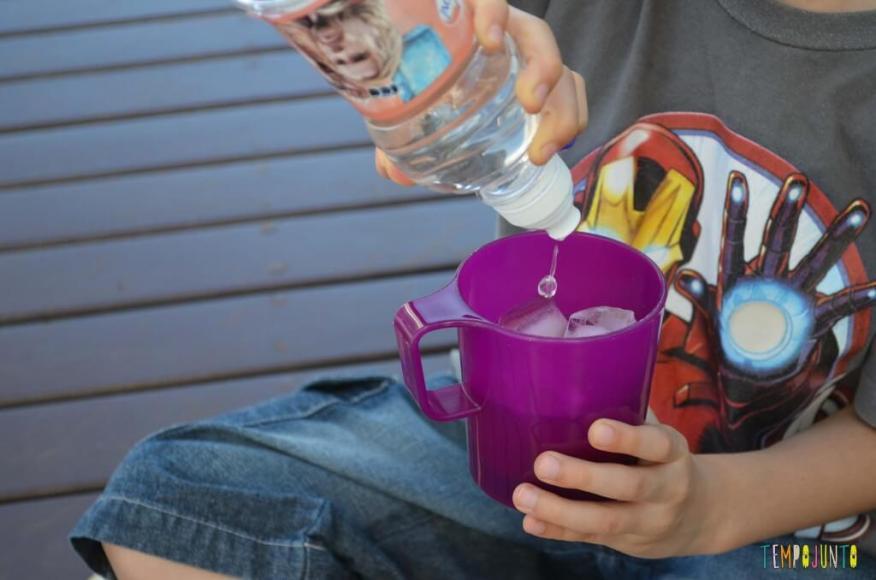 Truques para brincar de mágica com as crianças - agua no gelo