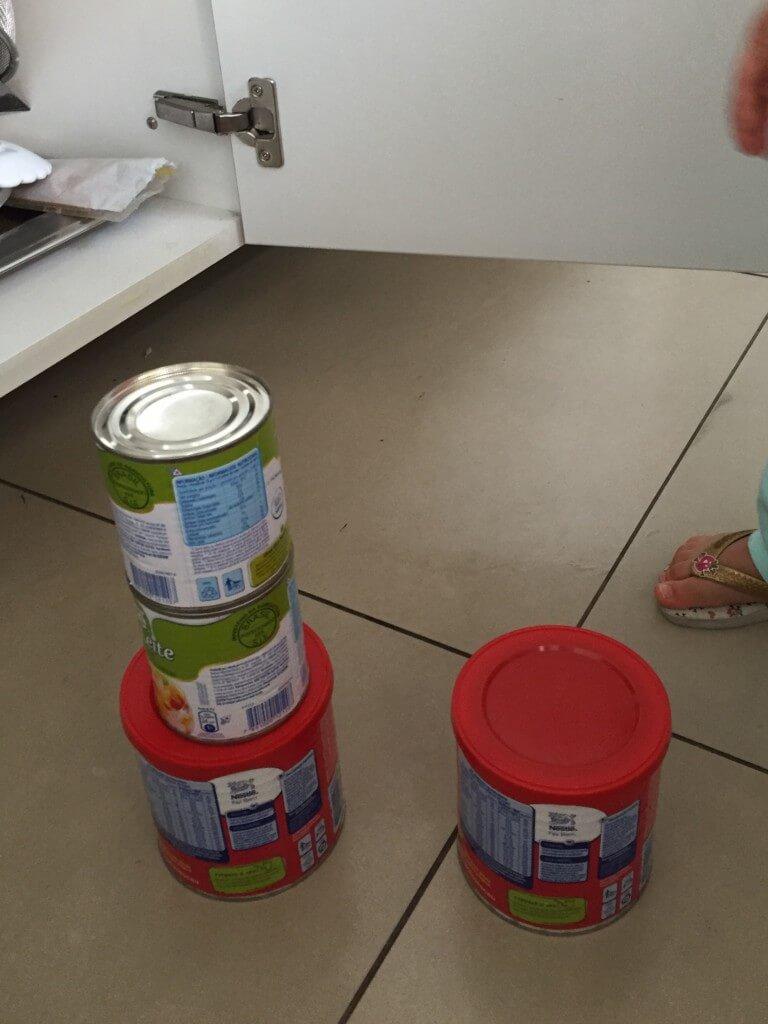 Atividade com latas da despensa para bebês - latas empilhadas