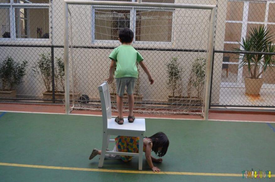 Brincadeira de circuito para as crianças - usando a cdeira para crianças