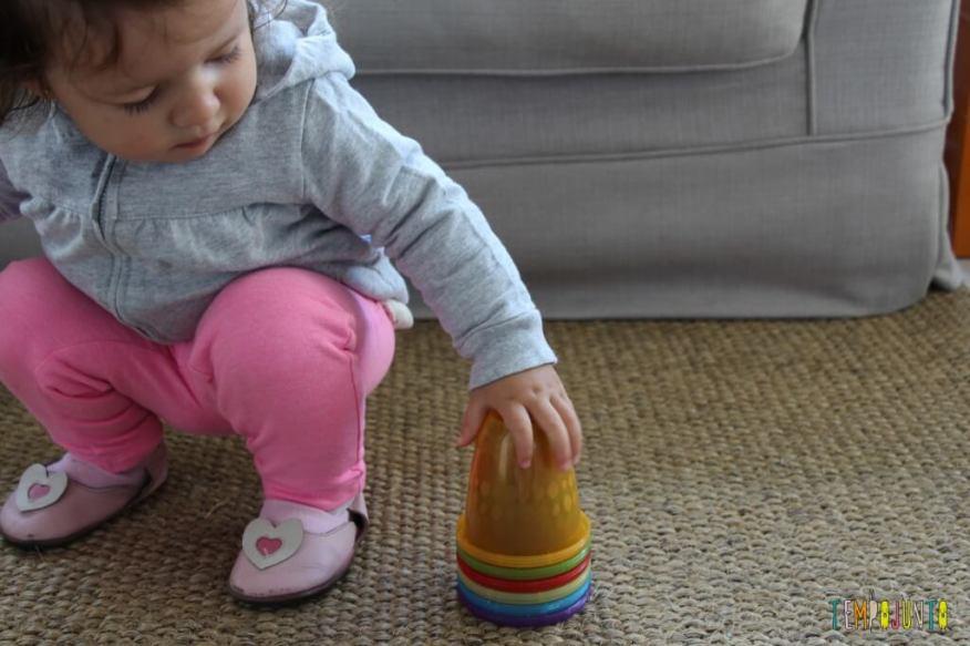 Brincadeira rapidinha com o seu bebê - todos os copos empilhados