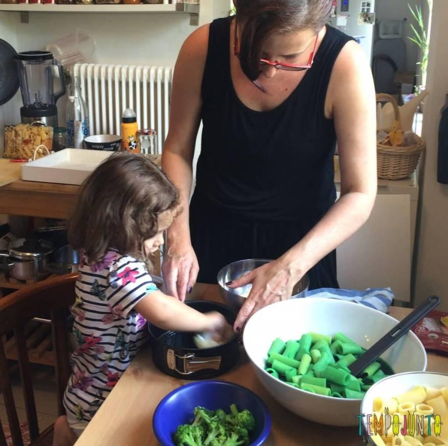 Brincando na cozinha - como criar uma Floresta Encantada dos Nutrientes com as crianças - passando azeite