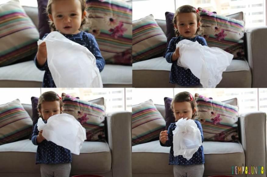 Brincar de bolinha de papel com seus pequenos - Gabe fazendo a bolinha de papel de seda