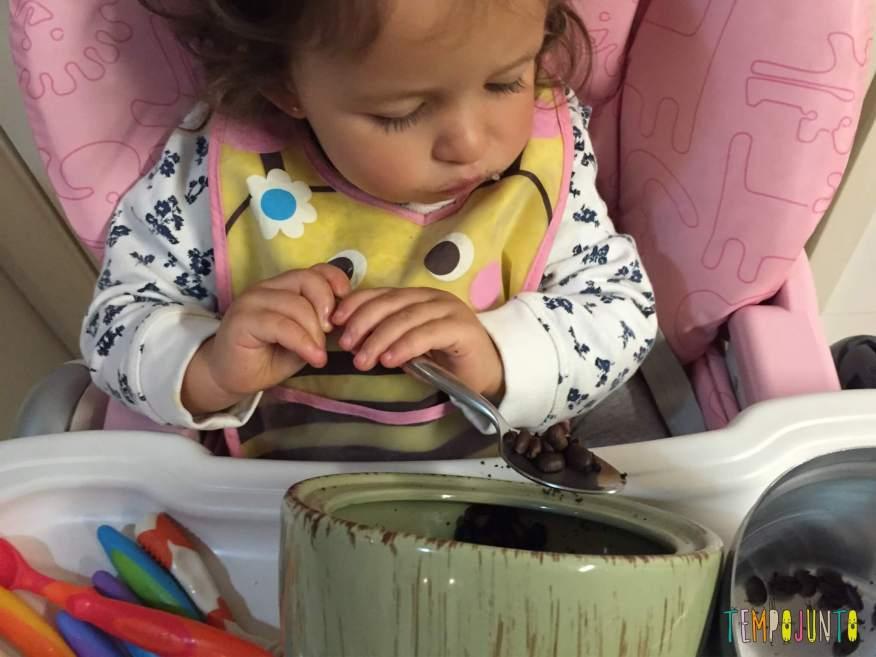 Como aproveitar o cotidiano para brincar com seus filhos pequenos - Gabi com a colher pro pote de café