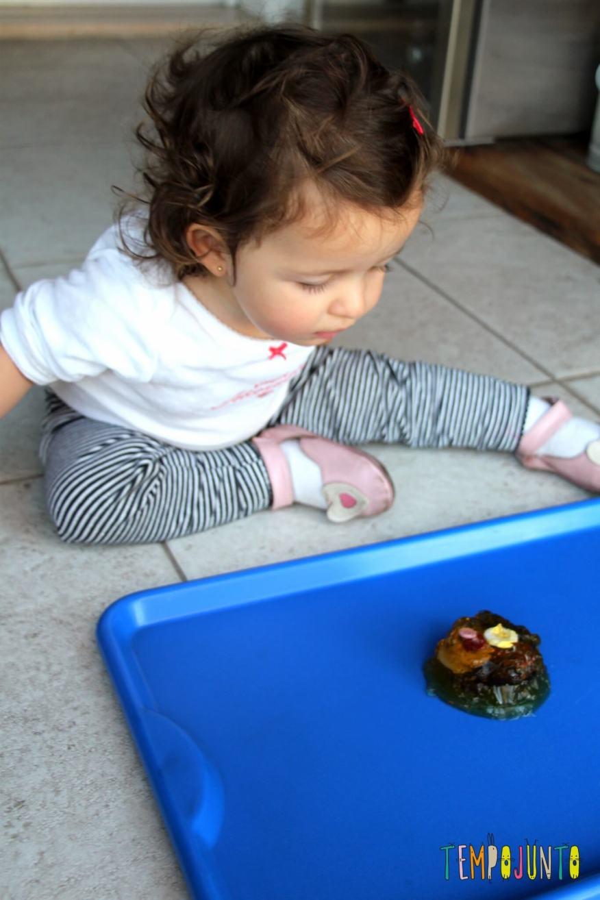 Mais uma brincadeira com gelatina para bebês - gabi observando