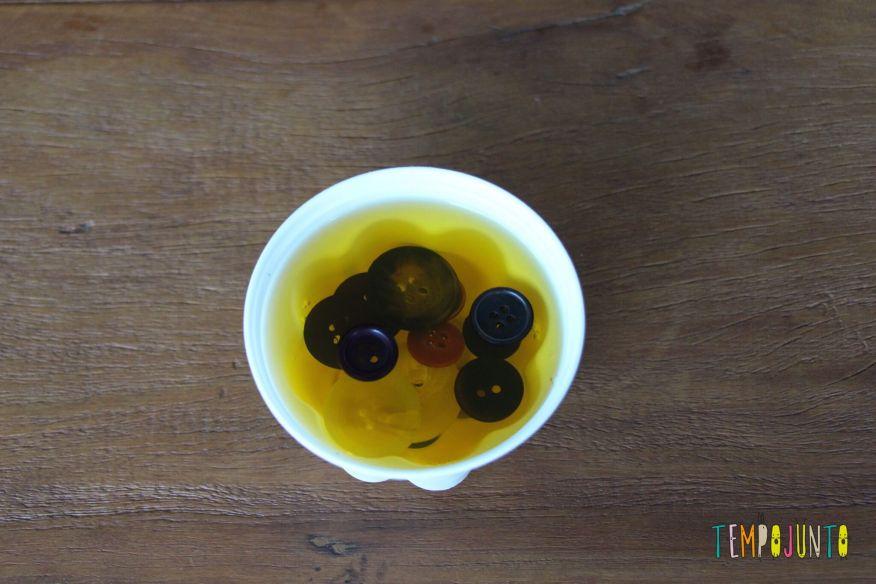 Mais uma brincadeira com gelatina para bebês - gelatina com botoes 2