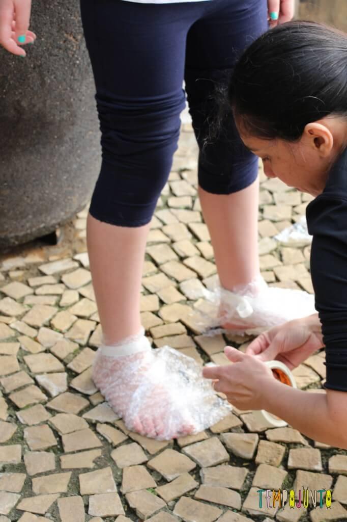 Pintura com plástico bolha nos pés pra divertir a garotada - Fazendo com o pé da Carol o sapato
