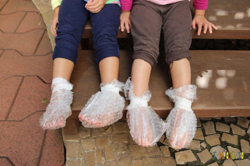 Pintura com plástico bolha nos pés pra divertir a garotada - sapatinho de plastico bolha