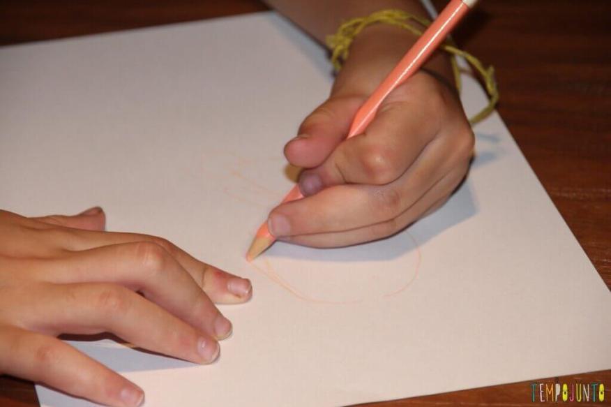 Um jeito diferente de brincar de desenhar - desenhando a boneca
