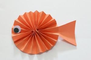 10 ideias de atividades criativas para crianças usando papel_Peixe de dobradura_buggyandbuddy
