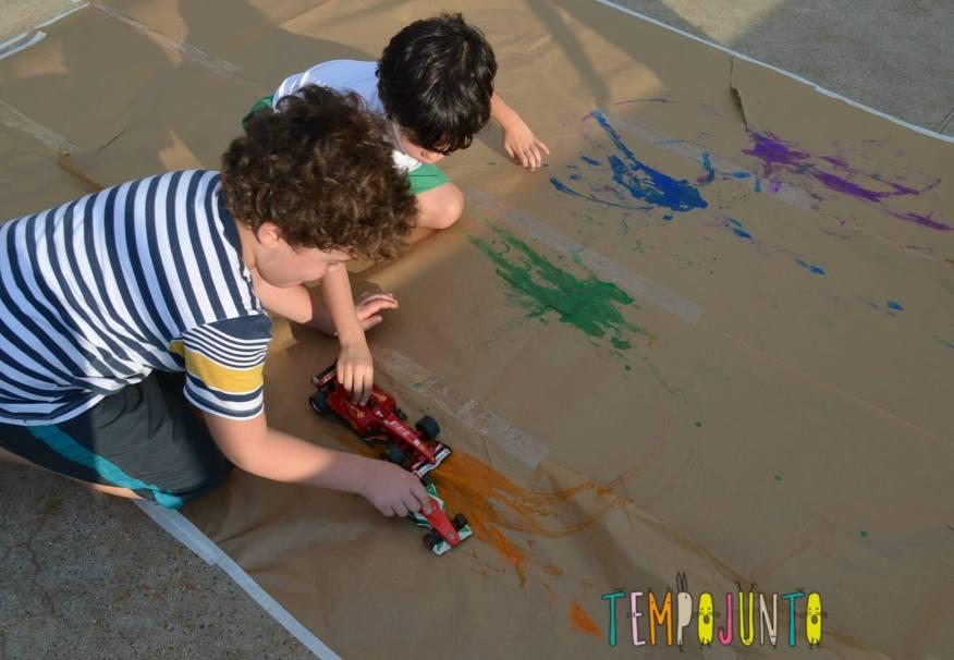 8 brincadeiras de arte_meninos pintando com roda caminhaoOK