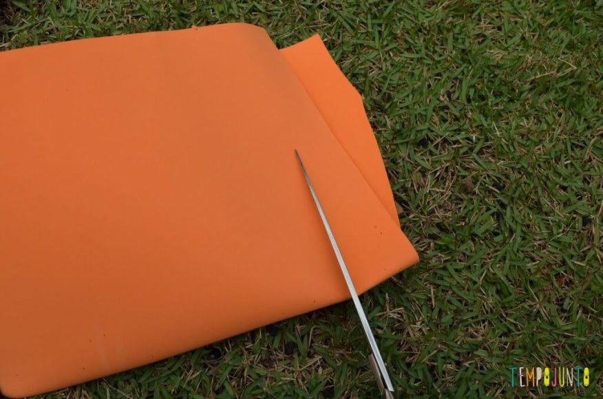 8 brincadeiras de artes ao ar livre - papel eva sendo cortado