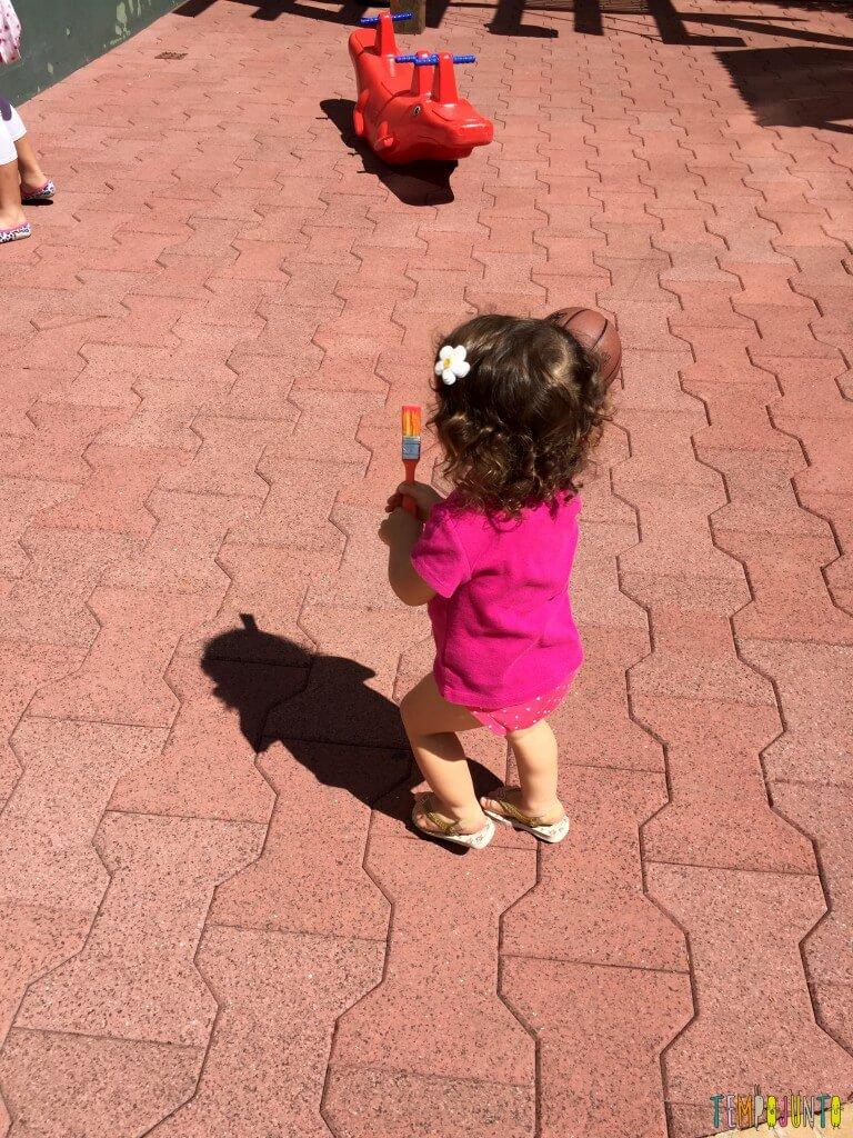 Arte sem sujeira com bebês - gabi com pincel e bola