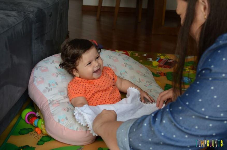 Brincadeira com o bebê no espelho para estimular os sentidos - Brincadeira do cadê com bebe achou