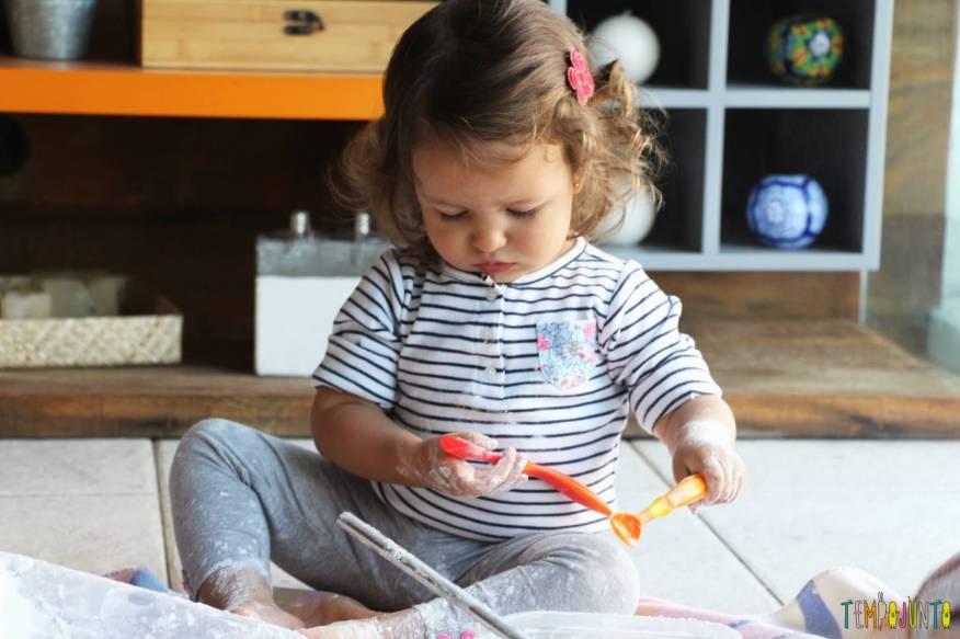 Brincadeira sensorial para todas as idades_maisena_gabi admirada