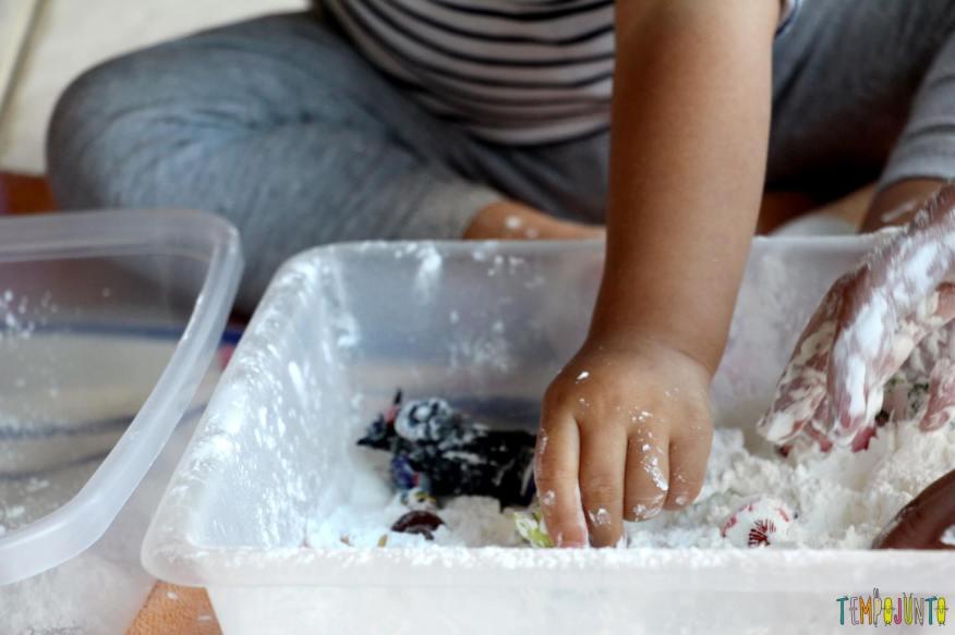 Brincadeira sensorial para todas as idades_maisena_gabi brincando com bonecos na farinha 2