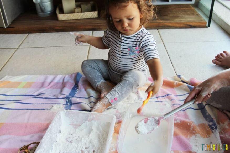 Brincadeira sensorial para todas as idades_maisena_gabi colocando mais farinha na agua