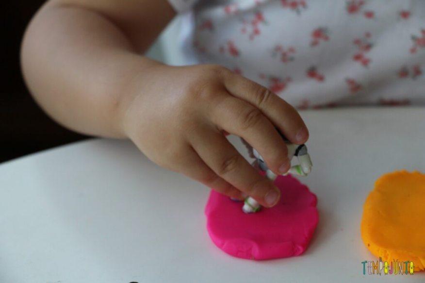 Como brincar de massinha com as crianças pequenas - pegada do buzz lightear na massinha