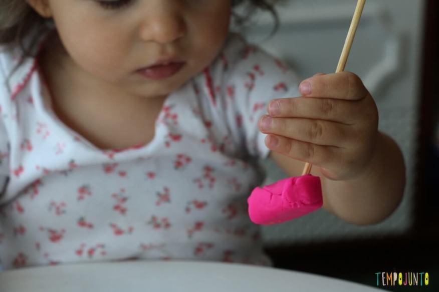 Mais um jeito de brincar de massinha com os seus pequenos - brincadeira com palito e massinha