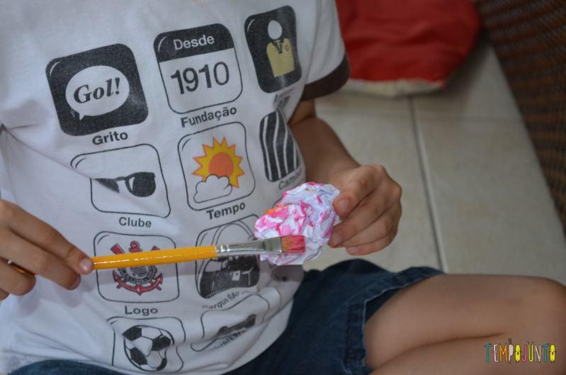 Pintura no papel amassado - pintando a bolinha de papel
